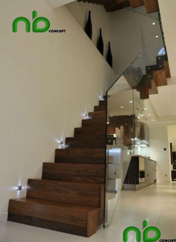 Mẫu cầu thang gỗ đẹp hiện đại có kính